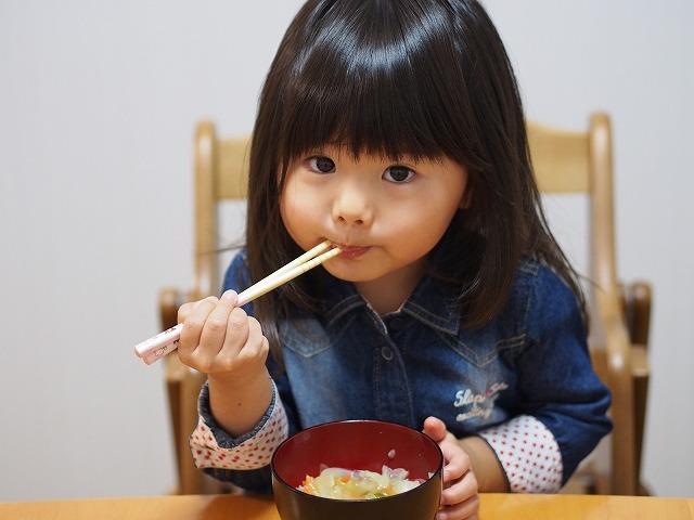 味噌汁を食べる女の子