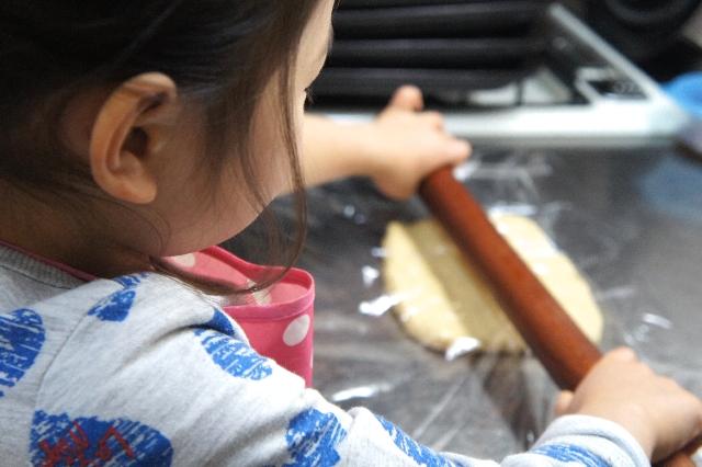 クッキー作りをお手伝いする子供