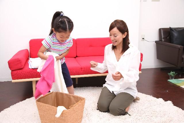 洗濯物をたたむ女の子